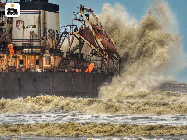 मंगलुरु में समुद्र की लहरें विकराल रूप लेती नजर आईं। लहरों की ऊंचाई और हवा की रफ्तार तूफान की खतरे को बयां कर रही थीं।