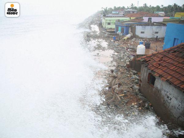 कन्याकुमारी में भी ताऊ ते तूफान का असर देखा गया। यहां समुद्र की लहरें किनारे पर बने घरों तक पहुंचती नजर आईं।