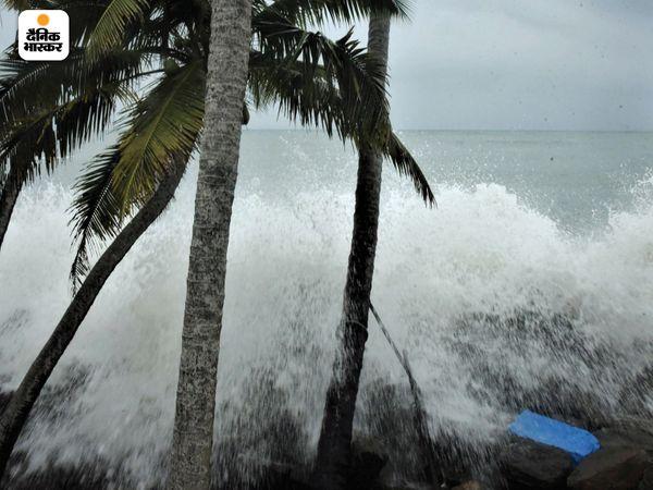 चक्रवात के असर से कोच्चि में भी भारी बारिश हुई। इस दौरान तेज हवा भी चली। समुद्र में कई फीट ऊंची लहरें उठीं।