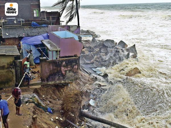 तूफान की वजह से तिरुअनंतपुरम में ऊंची-ऊंची लहरें उठीं। किनारों पर बने मकानों को भारी नुकसान हुआ है।