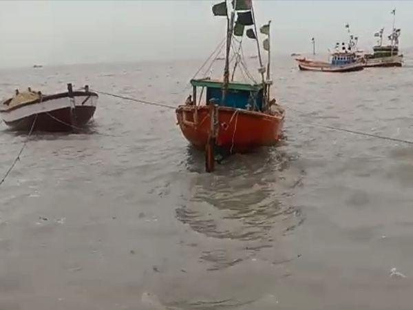 वेरावल में पोर्ट किनारे बंधी नावें बह गईं।
