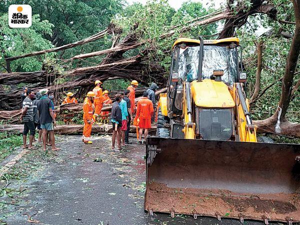 सबसे पहले तूफान गोवा के तटीय क्षेत्र से टकराया। गोवा में चक्रवाती तूफान से भारी नुकसान हुआ। सड़कों पर कई जगह पेड़ गिर गए।