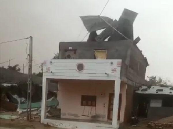 भरूच में एक मकान की छत पर बनी टीन की शेड उड़ गई।