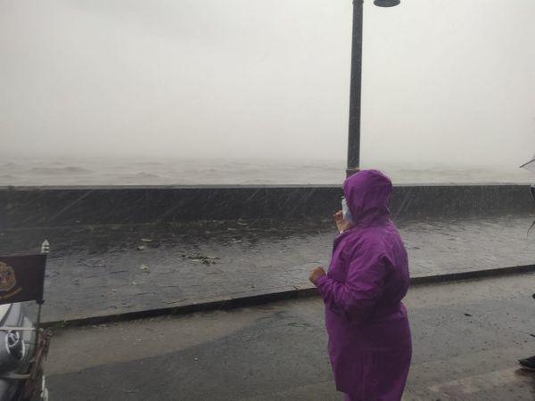 मुंबई की महापौर किशोरी पेडणेकर स्वयं चक्रवर्ती तूफान से निपटने के लिए मुंबई मनपा की तैयारियों का जायजा लेने सड़क पर उतरीं।