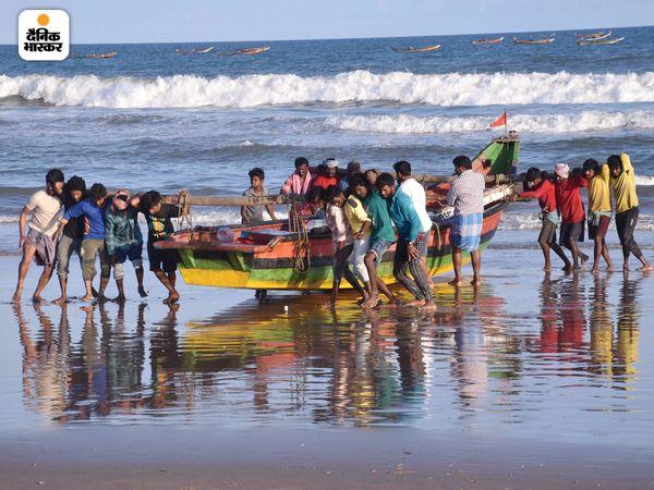 तूफान की वजह से पुरी में अलर्ट जारी किया गया था। इसके बाद लोग अपनी नावों को किनारे से दूर ले जाते नजर आए।