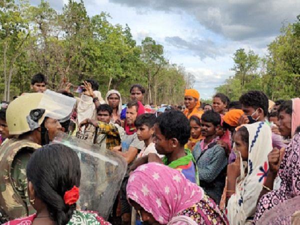 5 गांव के ग्रामीण 14 मई से सिलेगर में एकत्र हैं और कैंप का विरोध कर रहे हैं।