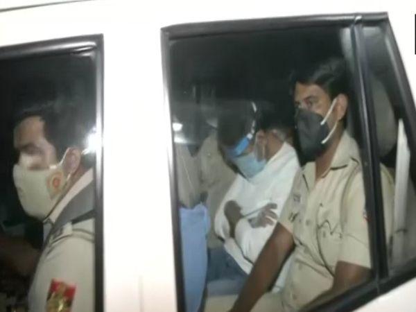 गुडगांव से गिरफ्तारी के बाद दिल्ली पुलिस की गाड़ी में नवनीत कालरा।