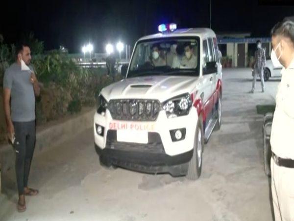 नवनीत कालरा को गिरफ्तार कर रविवार की देर रात दिल्ली के मैदान गढ़ी पुलिस स्टेशन लाया गया।