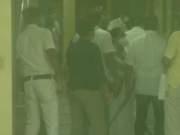 अपने मंत्री और विधायक से पूछताछ के बाद मुख्यमंत्री ममता बनर्जी CBI दफ्तर पहुंची।