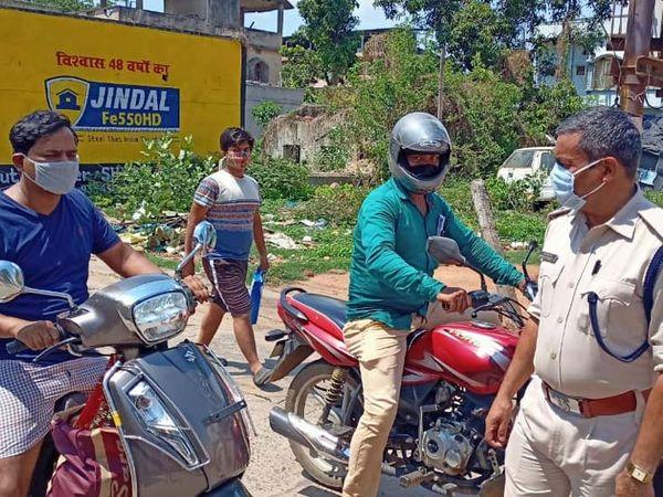 घाटशिला में ई-पास के लिए चेकिंग करती पुलिस।