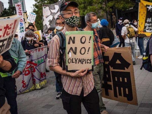 टोक्यो ओलिंपिक के विरोध में प्रदर्शन भी हो रहे हैं। - Dainik Bhaskar