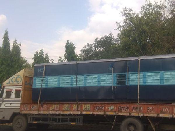 कालका से ट्रोला पर आया नैरोगेज का नया कोच। - Dainik Bhaskar