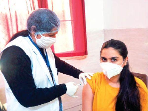 सरकार ने तैयारी कर ली है कि 19 मई के बाद से हर दिन सिर्फ एक लाख लोगों को टीका लगेगा। - Dainik Bhaskar