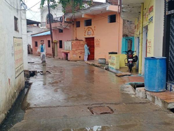 फोटो ललितपुर की है। यहां रविवार की रात से ही हल्की बारिश हो रही है।