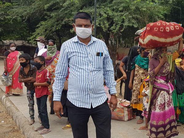 गुजरात के 17 तटीय जिलों के 655 गांवों से एक लाख से ज्यादा लोगों को सुरक्षित स्थानों पर पहुंचाया जा चुका है।