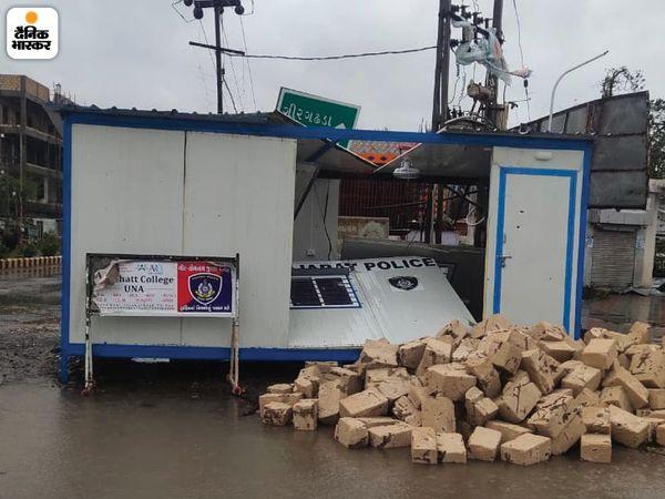 तूफान ने पुलिस चौकी में भी आतंक मचाया। उना के गिर गढ़ा रोड पर स्थित पुलिस चौकी भी तेज हवा की चपेट में आ गई। इससे वहां रखे सामानों को भी नुकसान पहुंचा।