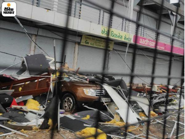 उना में तूफान की वजह से आई तेज हवा ने सबकुछ बिखरा दिया। इस तस्वीर में दुकान पर लगे शेड, होर्डिंग्स टूटकर बिखर गए। इनमें वहीं खड़ी एक कार पर होर्डिंग्स के कुछ टुकड़े जा गिरे।