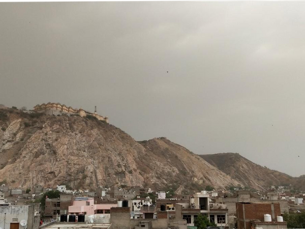 जयपुर में सुबह से ही छाए रहे बादल।