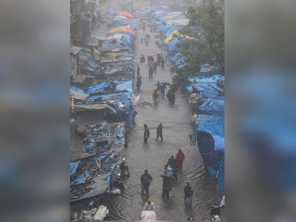 मुंबई के भिंडी बाजार इलाके की झुग्गी बस्ती में भी पानी भर गया। इसे निकाला जा रहा है।