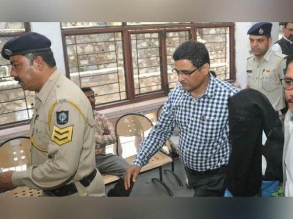 गुड़िया रेप और मर्डर केस में दोषी करार दिए गए अनिल कुमार उर्फ नीलू उर्फ चरानी को ले जाती पुलिस। - Dainik Bhaskar