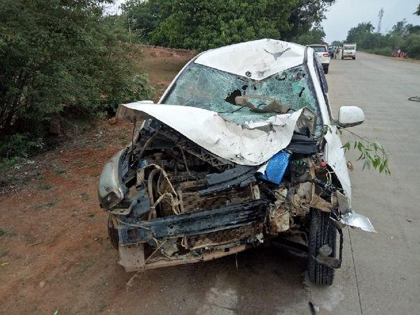 कार भी खराब है।  बताया जा रहा है कि कार में दो युवक सवार थे, जो हादसे के बाद भाग निकले।