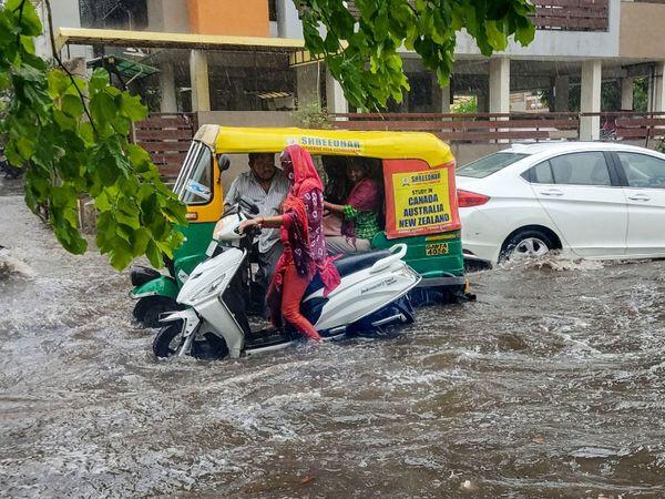 ताऊ ते तूफान की वजह से गुजरात के अहमदाबाद में भारी बारिश हुई है। - Dainik Bhaskar