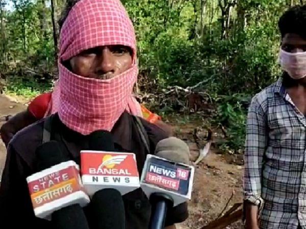 गांववालों का आरोप है कि फोर्स ने हमारे जल, जंगल, जमीन पर कब्जा किया है। इसे लेकर गांव में नाराजगी है और वे इसके विरोध में प्रदर्शन कर रहे हैं।