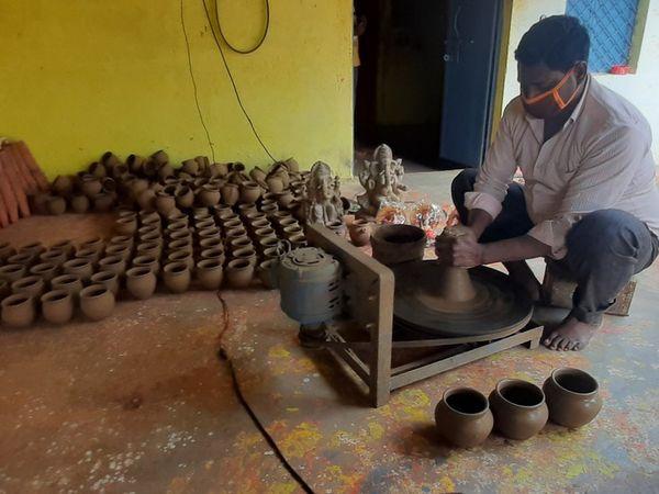 छतरपुर जिले में सभी काम बंद हैं , लेकिन यहां के कुम्हार टोली गांव में प्रजापति समाज के 40 परिवार अभी से करवाचौथ और दीपावली की तैयारियों में जुटे हुए हैं।
