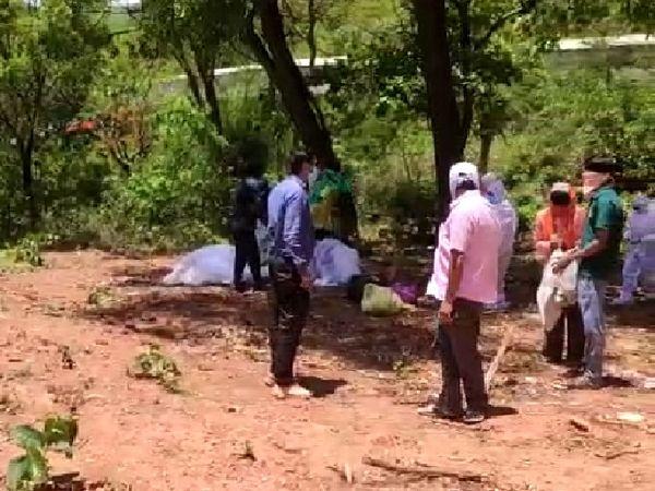 किरंदुल में अब तक 16 संक्रमितों की मौत हो चुकी है। ऐसे में उनकी मदद के लिए नगर पालिका अध्यक्ष मृणाल राय खुद पहुंच जाते हैं।