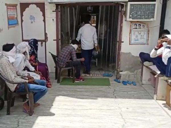ग्रामीण इलाकों में लोग झोलाछाप डॉक्टरों के यहां इलाज के लिए पहुंच रहे हैं।