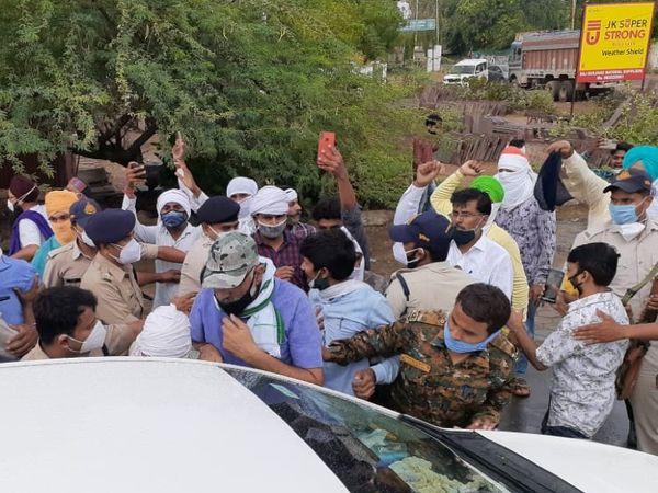 पुलिस की असफलता.... विरोध की सूचना पर सुबह ही पुलिस ने उठा लिए दो किसान नेता फिर भी किसानों को प्रदर्शन से नहीं रोक सके। - Dainik Bhaskar