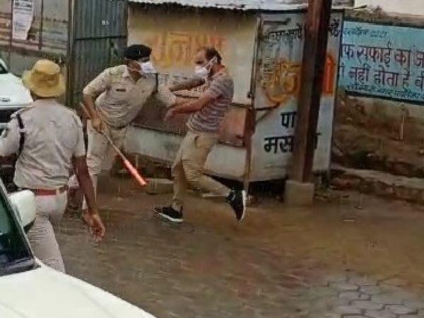 किसानों के प्रदर्शन के दौरान युवक की पिटाई करती पुलिस।