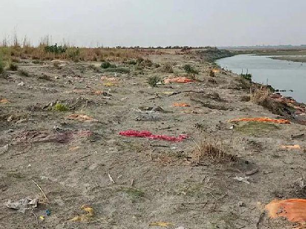 यह उन्नाव की तस्वीर है। जहां गंगा किनारे बड़ी संख्या में लाशे दफनाईं गई हैं। आसपास के लोग कहते हैं कि सबसे ज्यादा लाशें अप्रैल के दूसरे हफ्ते में आईं।