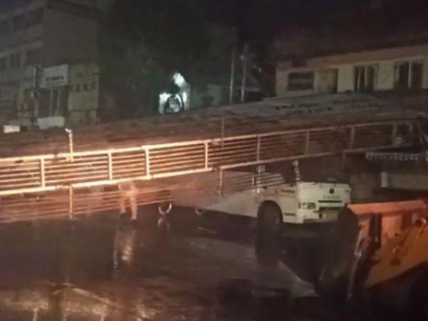 जूनागढ़ के गांधीचौक इलाके में एक होर्डिंग गिरने से रेलवे स्टेशन तक का रास्ता बंद हो गया।
