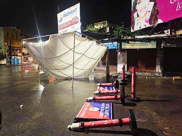 उदयपुर में बीती रात तेज आंधी चलने के बाद गिरे ट्रैफिक पुलिस के बेरीकेट्स।