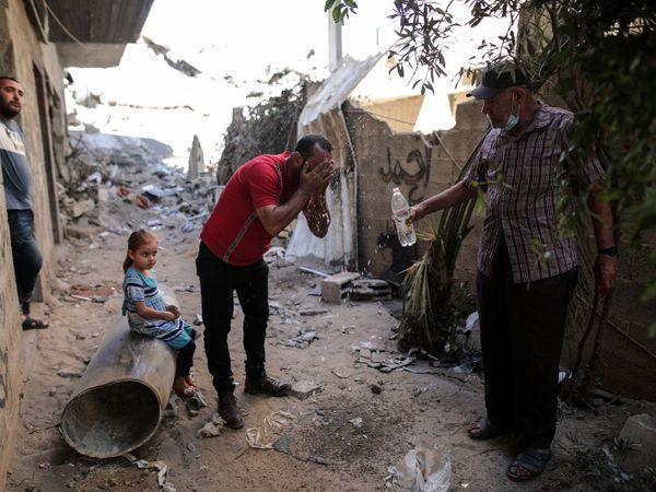 इजराइल-फिलीस्तीन की ताजा जंग में अब तक करीब 220 लोग मारे जा चुके हैं। फिलीस्तीन संगठन हमास (इजराइल इसे आतंकी संगठन बताता है) इजराइल पर रॉकेट हमले कर रहा है। जवाब में इजराइली एयरफोर्स बम बरसा रही है। - Dainik Bhaskar