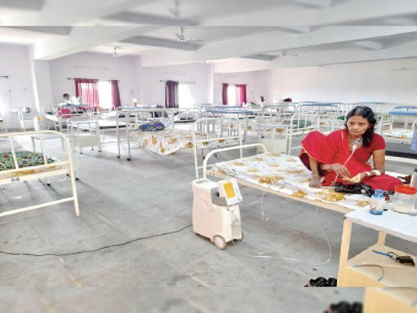 जैनामोड़ रेफरल अस्पताल में खाली पड़े बेड - Dainik Bhaskar