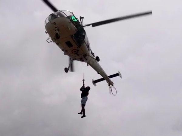 नेवी हेलिकॉप्टर्स के जरिए बार्ज P-305 से लोगों को रेस्क्यू किया गया।
