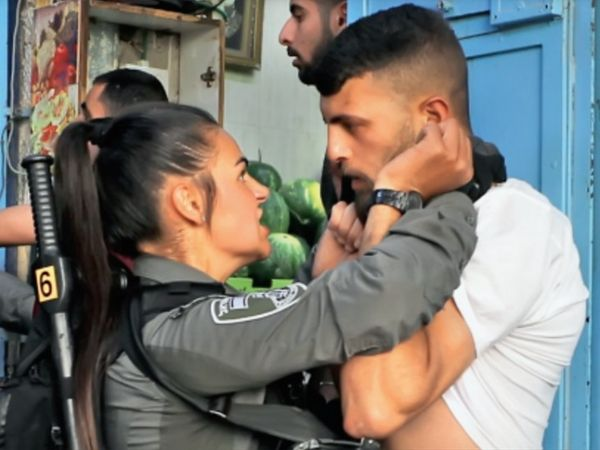 यरूशलम : फिलिस्तीनी प्रदर्शनकारी को काबू में करती इजरायली महिला कमांडो। - Dainik Bhaskar