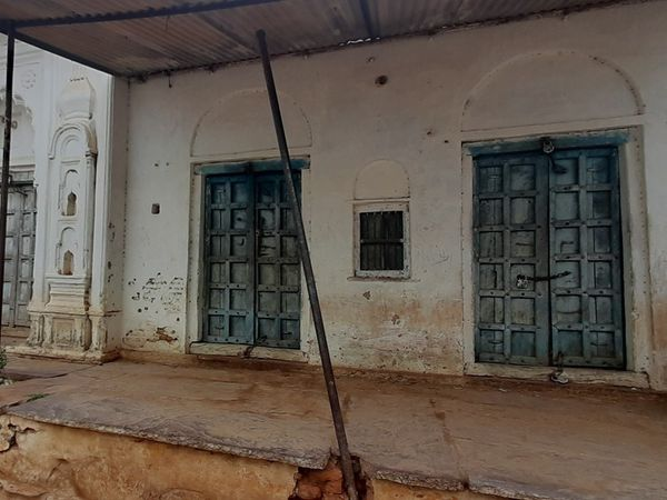 मुंबई में मजदूरी कर रहे उदगवां के ज्यादातर लोग इस बार गांव नहीं लौटे। उनके घरों पर ताले लगे हैं।