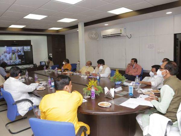 उज्जैन में समीक्षा बैठक के दौरान सीएम व अन्य जनप्रतिनिधि और अधिकारी। - Dainik Bhaskar