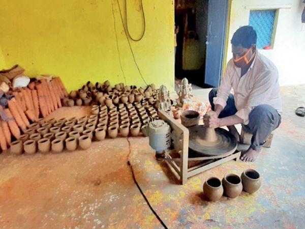 करवे बना रहे बबलू प्रजापति। - Smart Newsline