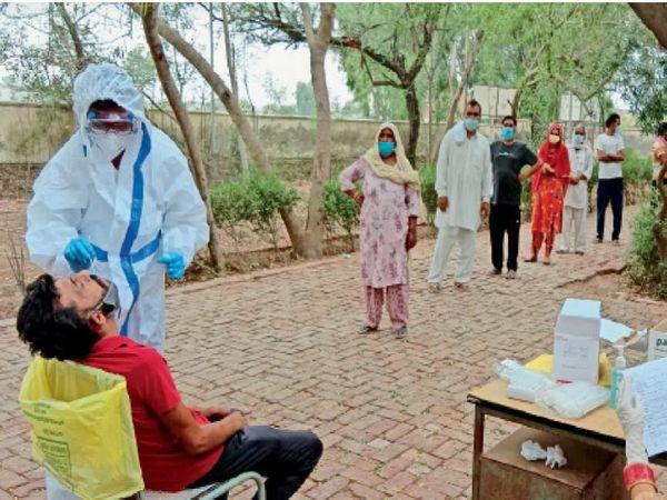 सीएचसी डबबाल कलां में टेस्ट के लिए लगी लोगों की लाइन। - Dainik Bhaskar