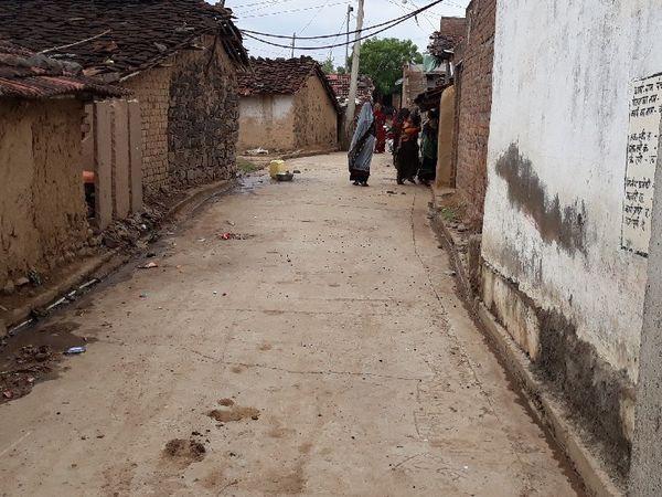 कोई भी नया वाहन देखकर लोग घरों में दुबक जाते हैं, सड़कें सूनी हो जाती हैं।