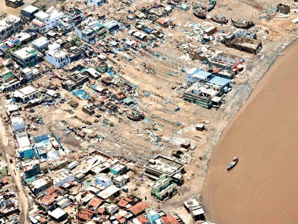पीएम नरेंद्र मोदी ने तूफान प्रभावित अमरेली, गिर सोमनाथ और भावनगर का हवाई सर्वे किया। यह तस्वीर सीएम विजय रूपाणी ने शेयर की। - Smart Newsline