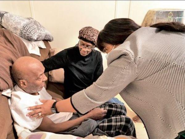 ब्रॉन्क्स: बुजुर्गों का टीकाकरण घर पर किया जा रहा है। - Dainik Bhaskar