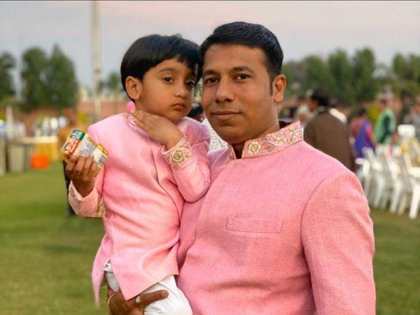 चार साल के बेटे के साथ किंशुक पटेल की फाइल फोटो। - Dainik Bhaskar