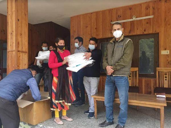 हिमाचल प्रदेश में कांगड़ा जिलेके दुर्गम क्षेत्र छोटा भंगाल में कोविड से बचाव के लिए आवश्यक सामग्री उपलब्ध कराता सेहत विभाग का अमला। - Dainik Bhaskar