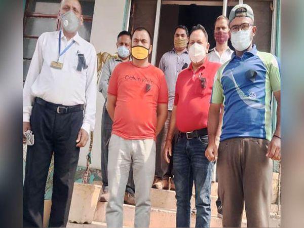 कांगड़ा में काले बिल्ले लगाकर प्रदेश सरकार के खिलाफ नाराजगी जताते बिजली बोर्ड के कर्मचारियों के प्रतिनिधि। - Dainik Bhaskar