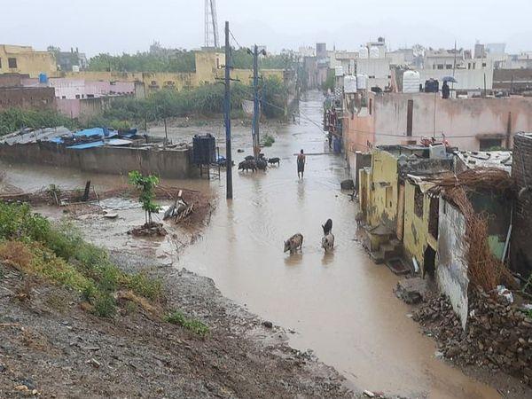 बारिश के बाद पानी भरने के कारण नाले जैसी दिखतीं अजमेर की सड़कें।